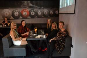 Kobiety w klubie bilardowym